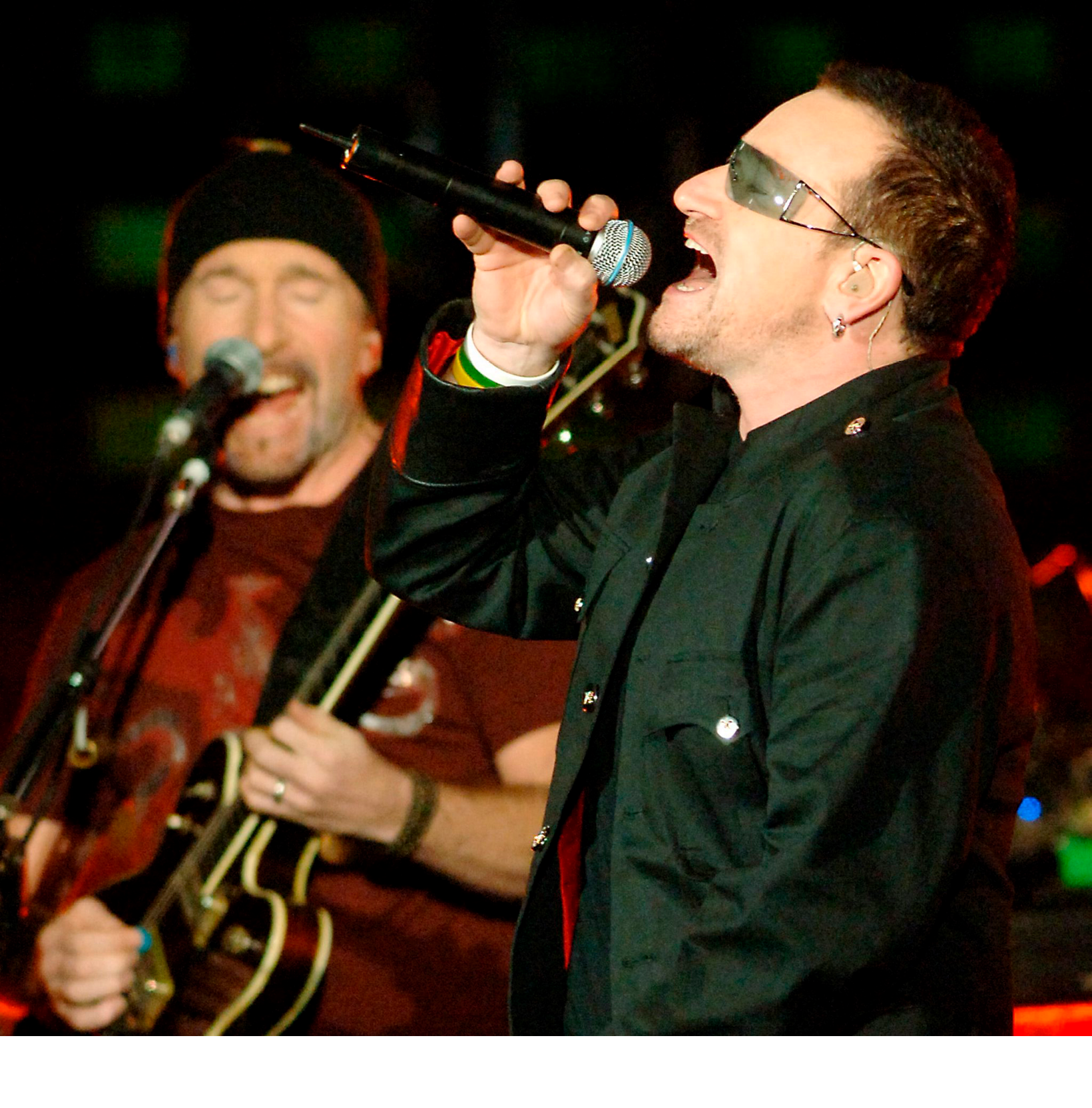 epa00857792 U2 frontman Bono sings to a capacity crowd at the QE II Stadium in Brisbane, Tuesday, 07 November 2006. The Irish group kicked off their Australian tour in Brisbane, resuming their Vertigo world tour after a 7 month break.  EPA/DAVE HUNT AUSTRALIA AND NEW ZEALAND OUT