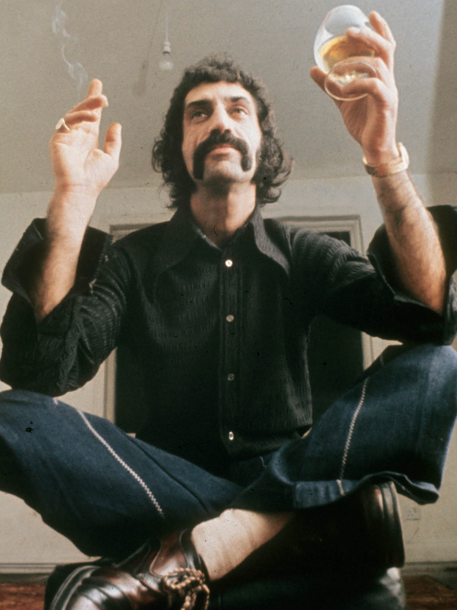 Frank Zappa (1940-1993) compositeur et musicien de rock, realisateur americain vers 1980 --- Frank Zappa (1940-1993) american rock composer and musician c. 1980, Image: 166654833, License: Rights-managed, Restrictions: Utilisation exclusivement editoriale. Droits additionnels requis pour utilisation commerciale ou promotionnelle, y compris couvertures de livres. RDA ne garantit pas les droits a l'image de la personne representee. L'image ne doit pas etre modifiee., Model Release: no, Credit line: Profimedia, Rue des Archives
