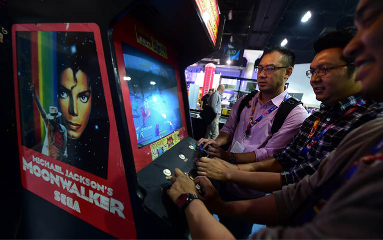 Gaming fans go back in time to play Sega's 'Michael Jackson's Moonwalker' at annual E3 video game extravaganza in Los Angeles, California on June 10, 2014, where Microsoft and Sony are battling for the hearts of hard core gamers whose devotion could determine whether Xbox One or PlayStation 4 rule console play and Internet Age entertainment.., Image: 196049067, License: Rights-managed, Restrictions: , Model Release: no, Credit line: Profimedia, AFP